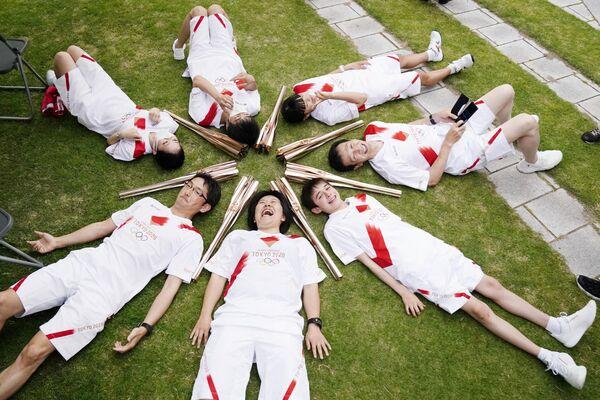 Những người tham gia rước đuốc Olympic ở Toyama, Nhật Bản - Sputnik Việt Nam