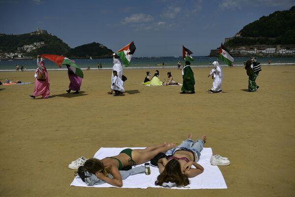 Những người biểu tình từ Sahara vẫy cờ tại một cuộc biểu tình trên bãi biển ở San Sebastian, Tây Ban Nha - Sputnik Việt Nam
