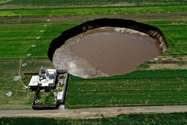 Cảnh từ trên không về một hố sụt được phát hiện trên cánh đồng ở Santa Maria Zacatepec, Mexico - Sputnik Việt Nam