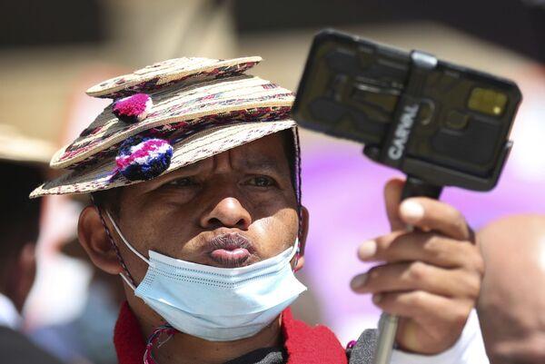 Người đàn ông chụp ảnh tự sướng trong cuộc biểu tình chống chính phủ ở Bogota - Sputnik Việt Nam