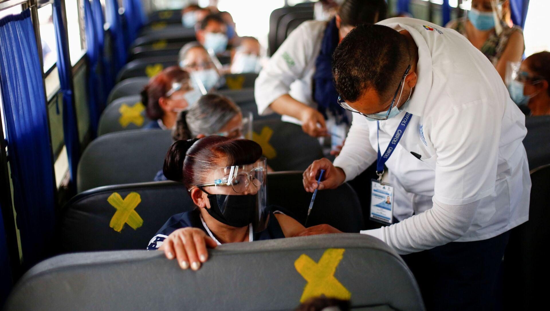 Các nhân viên được tiêm liều vắc xin Pfizer-BioNTech ngừa COVID-19 trên xe buýt ở Mexico - Sputnik Việt Nam, 1920, 25.07.2021