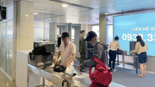Hành khách thực hiện thủ tục soi chiếu an ninh tại các máy mới được lắp đặt bổ sung. - Sputnik Việt Nam