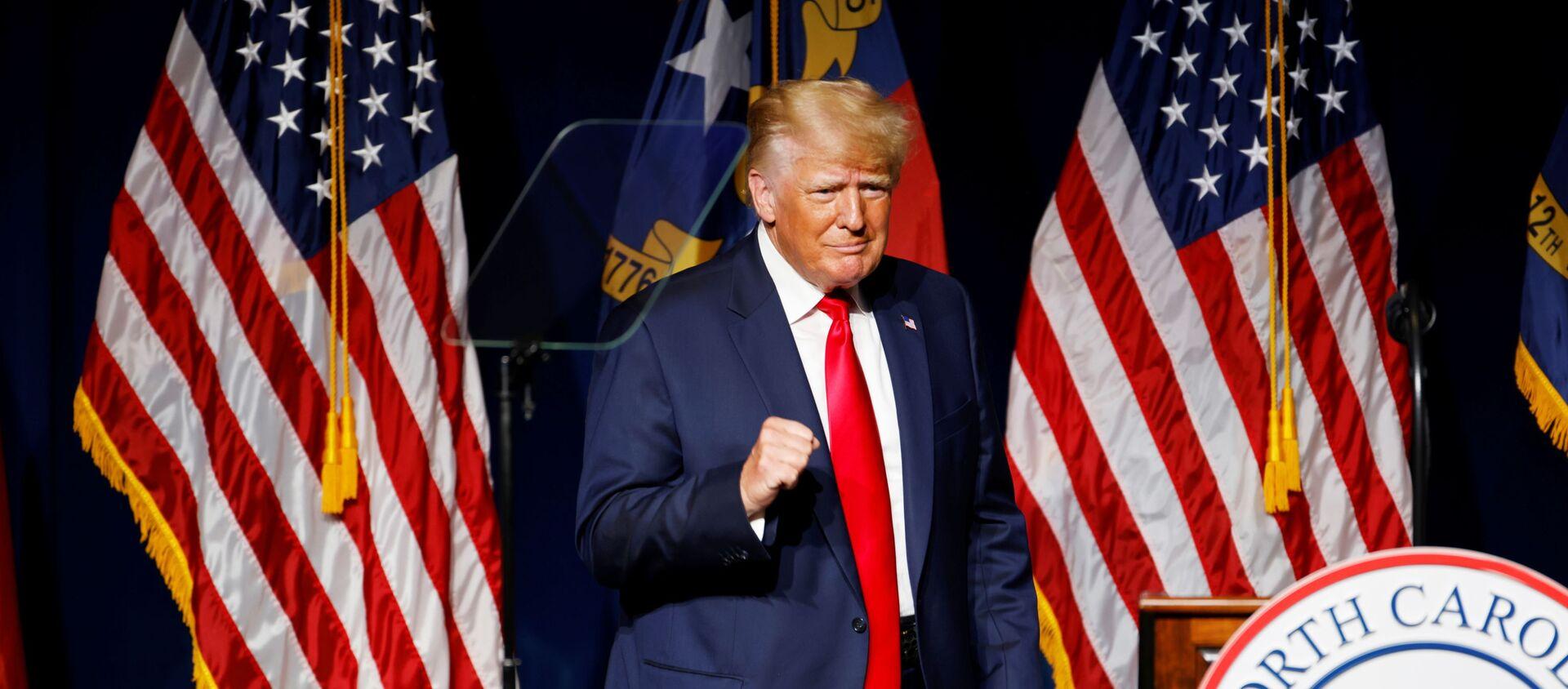 Cựu Hoa Kỳ Tổng thống Donald Trump đến phát biểu tại bữa tối hội nghị GOP North Carolina ở Greenville, North Carolina, Hoa Kỳ. Ngày 5 tháng 6 năm 2021 - Sputnik Việt Nam, 1920, 06.06.2021