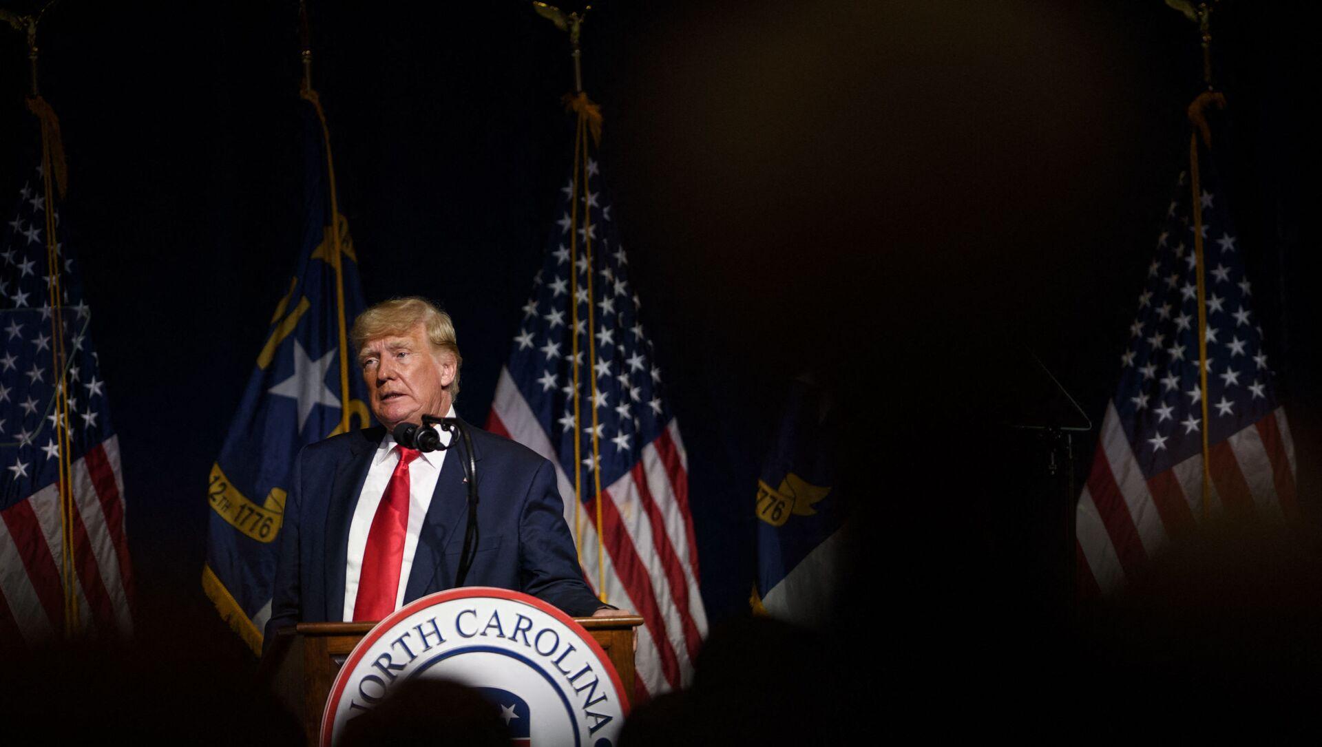 Cựu Tổng thống Hoa Kỳ Donald Trump phát biểu tại đại hội bang NCGOP vào ngày 5 tháng 6 năm 2021 tại Greenville, Bắc Carolina. Sự kiện này là một trong những lần xuất hiện cấp cao đầu tiên của cựu Tổng thống Mỹ Donald Trump kể từ khi rời Nhà Trắng vào tháng Giêng. - Sputnik Việt Nam, 1920, 06.06.2021