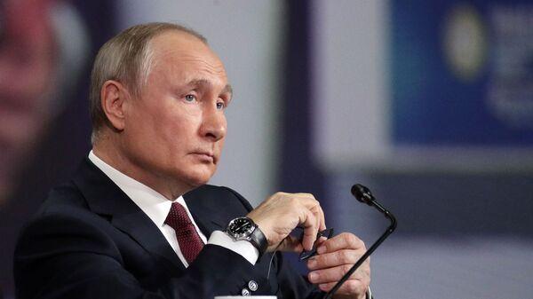 Tổng thống Nga Vladimir Putin phát biểu tại Diễn đàn Kinh tế Quốc tế St. Petersburg - Sputnik Việt Nam