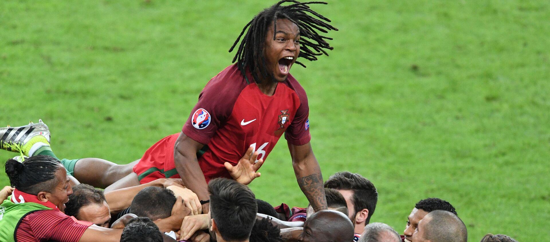 Các cầu thủ Bồ Đào Nha vui sướng sau bàn thắng mà họ ghi được trong trận chung kết Giải vô địch bóng đá châu Âu UEFA 2016 giữa đội tuyển quốc gia Bồ Đào Nha và Pháp. Phía trên là cầu thủ đội tuyển quốc gia Bồ Đào Nha Renato Sanches - Sputnik Việt Nam, 1920, 09.06.2021
