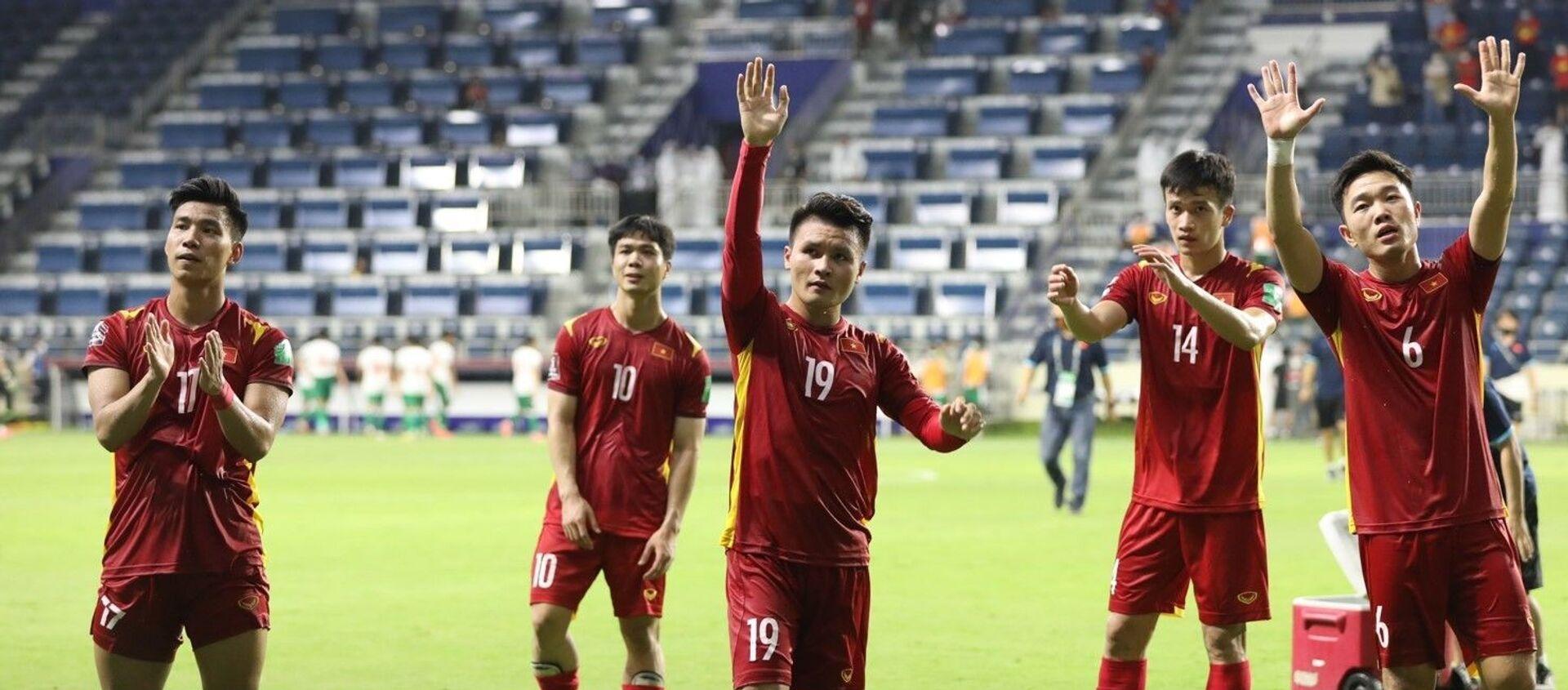 Các cầu thủ Việt Nam cảm ơn người hâm mộ sau khi kết thúc trận đấu. - Sputnik Việt Nam, 1920, 08.06.2021