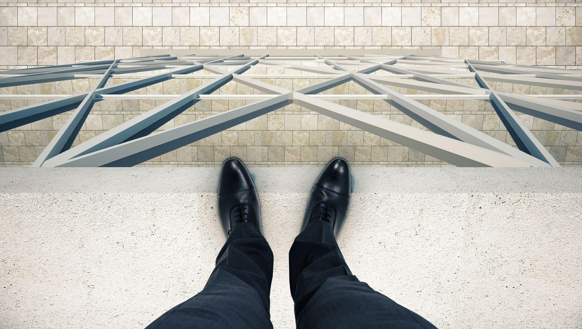 Người đàn ông đứng trên mép mái nhà. - Sputnik Việt Nam, 1920, 08.06.2021