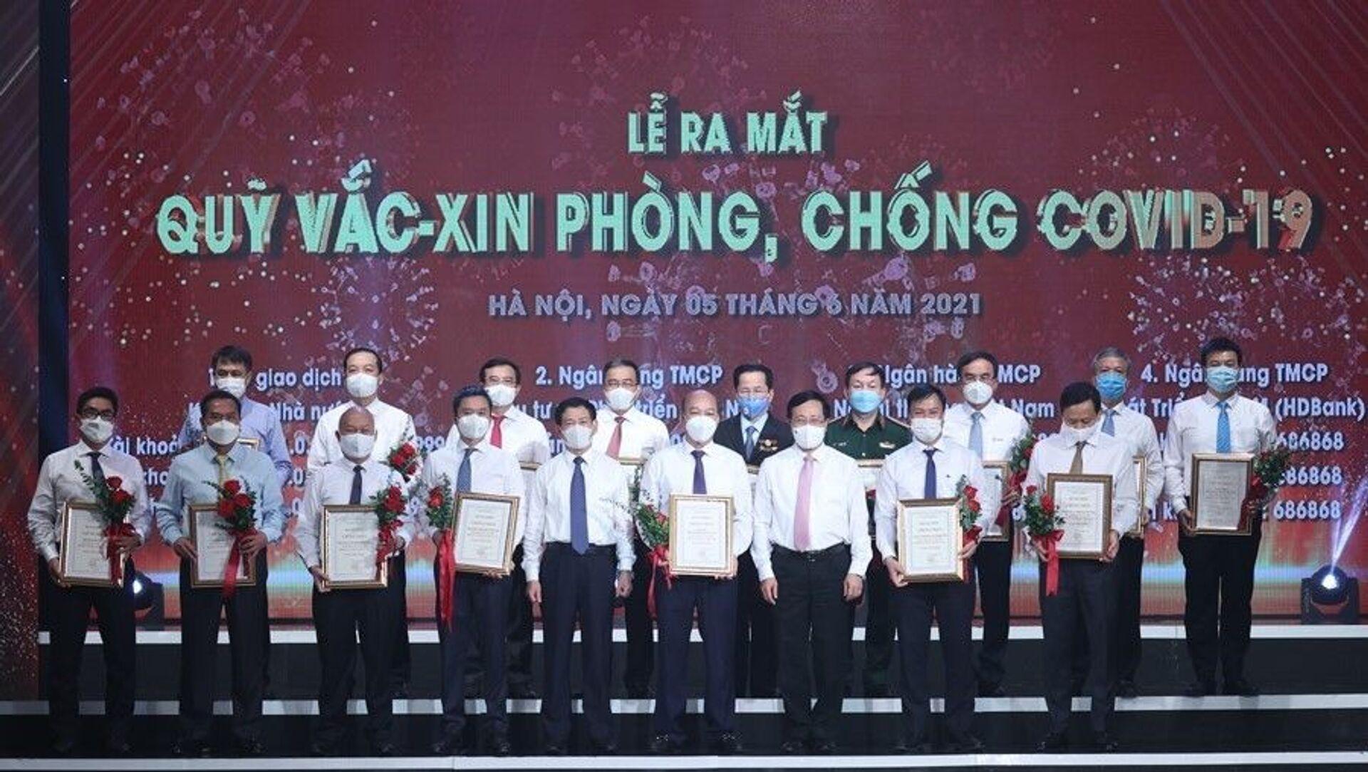 Đại diện các tập đoàn, tổng công ty, doanh nghiệp trao ủng hộ Qũy vaccine phòng COVID-19. - Sputnik Việt Nam, 1920, 08.06.2021