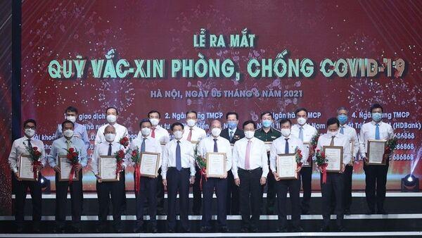 Đại diện các tập đoàn, tổng công ty, doanh nghiệp trao ủng hộ Qũy vaccine phòng COVID-19. - Sputnik Việt Nam