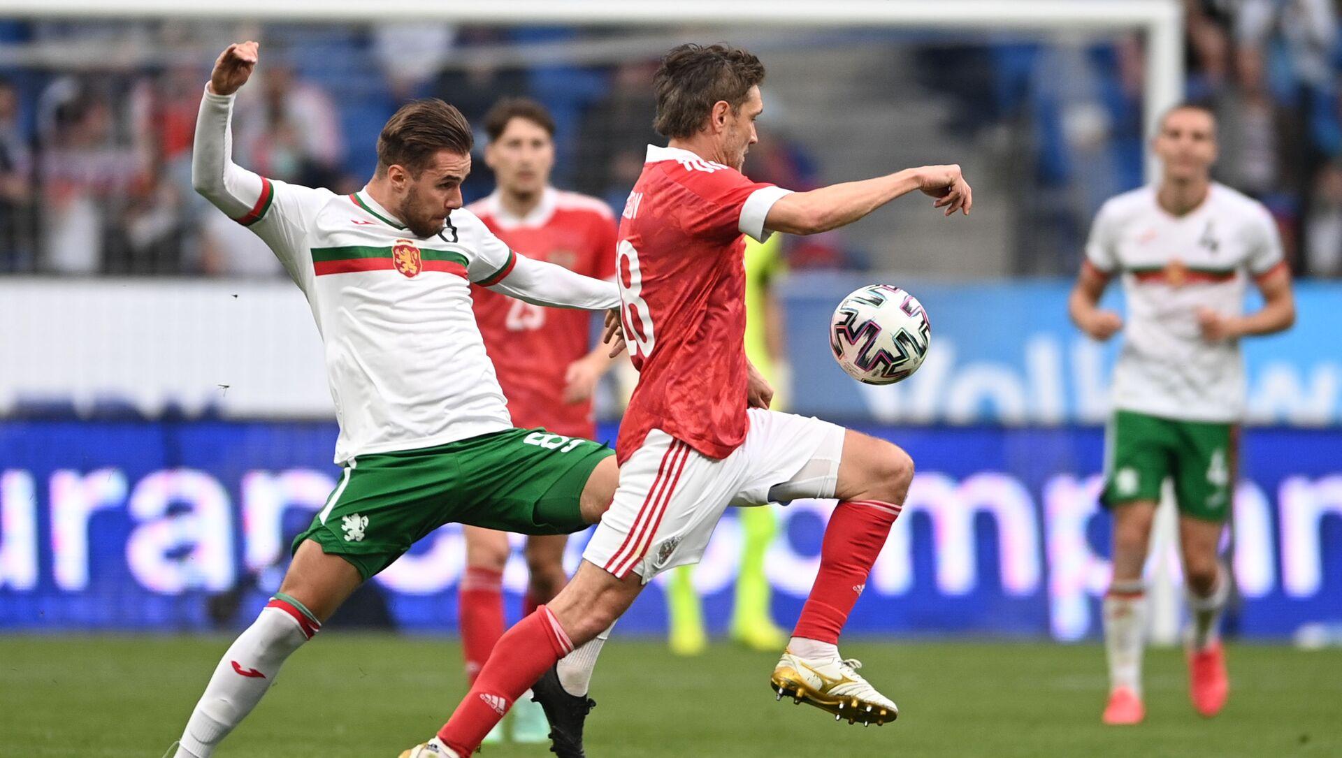 Antonio Vutov (Bulgaria) và Yuri Zhirkov (Nga) trong trận đấu giao hữu giữa hai đội tuyển quốc gia Nga và Bulgaria. - Sputnik Việt Nam, 1920, 09.06.2021
