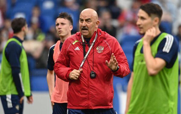 Huấn luyện viên trưởng đội tuyển bóng đá quốc gia Nga Stanislav Cherchesov trong buổi tập mở trước thềm EURO 2020. - Sputnik Việt Nam