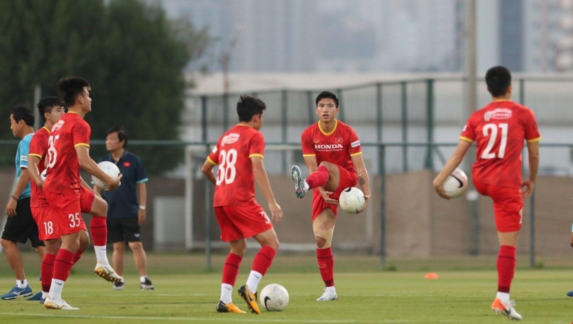 Các cầu thủ dự bị và không thi đấu ở trận Indonesia tập riêng ở phần sân trung tâm. - Sputnik Việt Nam, 1920, 09.06.2021