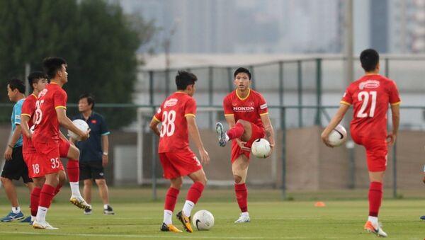 Các cầu thủ dự bị và không thi đấu ở trận Indonesia tập riêng ở phần sân trung tâm. - Sputnik Việt Nam