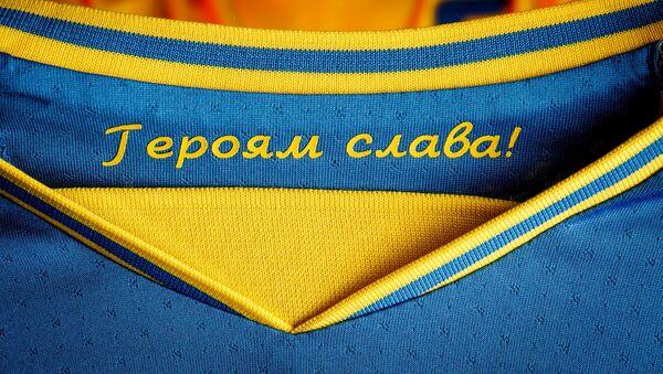 Đồng phục của đội tuyển Ukraina tại Giải vô địch bóng đá châu Âu EURO 2020 với dòng chữ Vinh quang anh hùng!. - Sputnik Việt Nam
