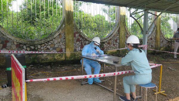 Tình huống giả định lấy khai báo y tế của trường hợp nghi mắc COVID-19. - Sputnik Việt Nam