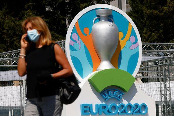 Người phụ nữ cạnh biểu tượng UEFA EURO 2020 ở Rome - Sputnik Việt Nam