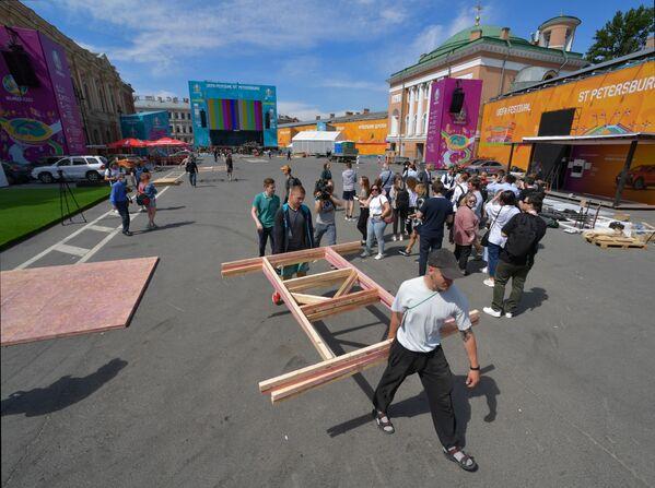 Xây dựng làng bóng đá của lễ hội UEFA EURO 2020 trên Quảng trường tàu ngựa ở St.Petersburg - Sputnik Việt Nam