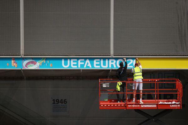 Lắp đặt biển báo UEFA EURO 2020 ở London - Sputnik Việt Nam