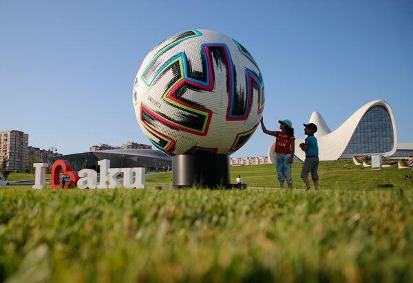 Những đứa trẻ bên quả bóng quảng cáo lớn của UEFA Euro 2020 ở Baku - Sputnik Việt Nam