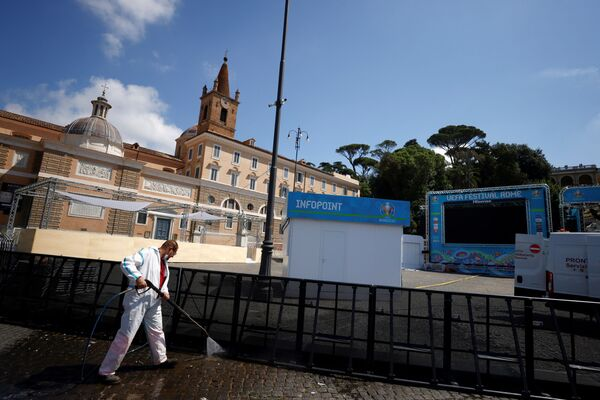 Dọn dẹp khu vực dành cho người hâm mộ UEFA Euro 2020 ở Rome - Sputnik Việt Nam