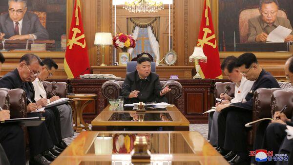 Nhà lãnh đạo Triều Tiên Kim Jong-un trong cuộc gặp với các quan chức cấp cao. - Sputnik Việt Nam