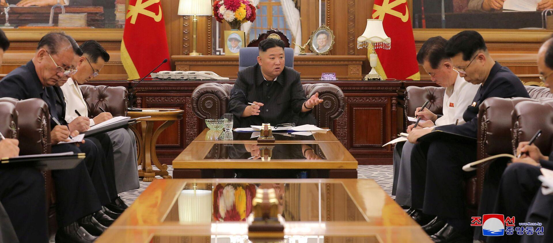 Nhà lãnh đạo Triều Tiên Kim Jong-un trong cuộc gặp với các quan chức cấp cao. - Sputnik Việt Nam, 1920, 10.06.2021