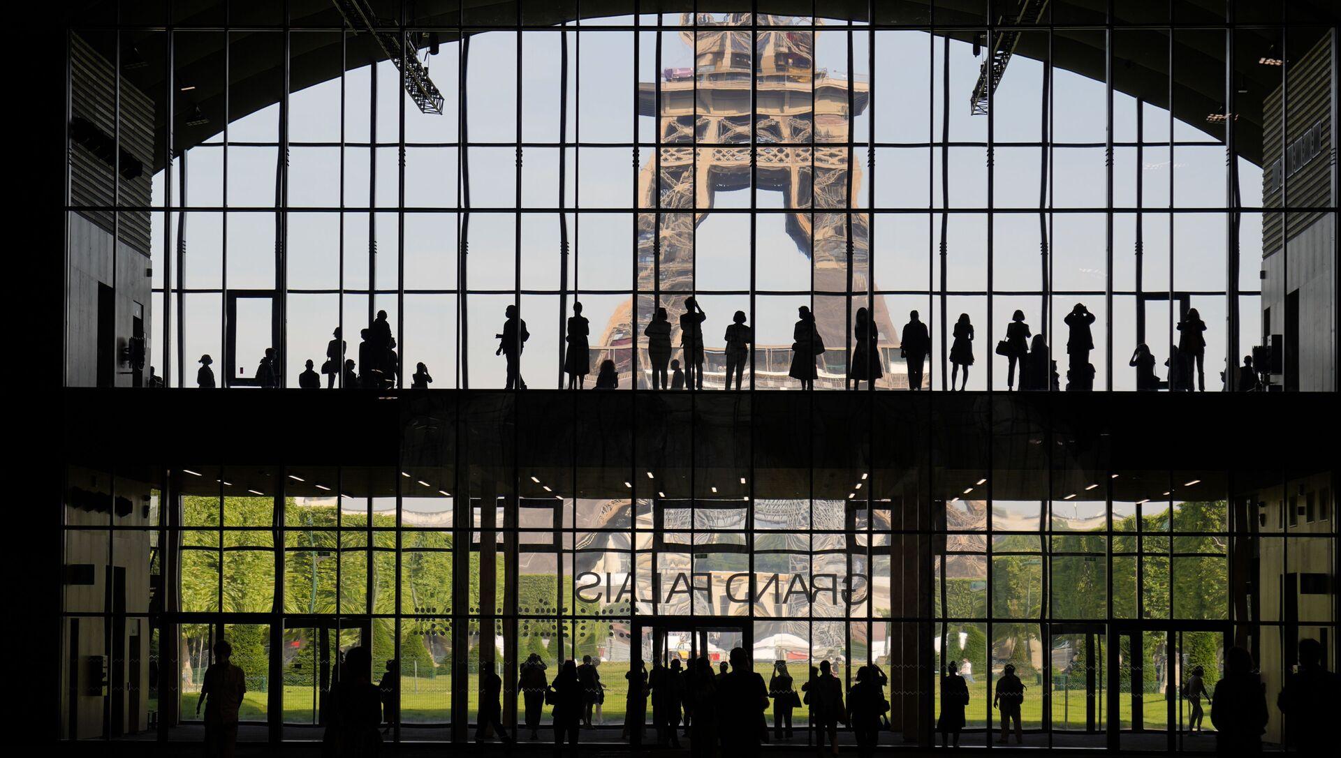 Trình bày về Cung điện lớn Ephemere nhìn ra tháp Eiffel ở Paris - Sputnik Việt Nam, 1920, 22.07.2021