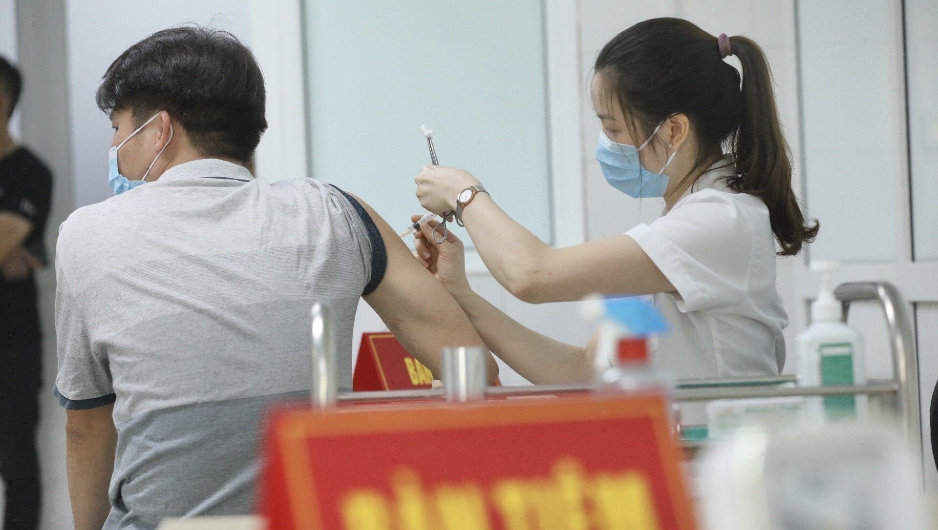 Nhân viên y tế tiêm vaccine Nano Covax phòng COVID-19 cho tình nguyện viên tham gia tiêm thử nghiệm đợt 3 tại Học viện Quân y - Sputnik Việt Nam, 1920, 11.06.2021