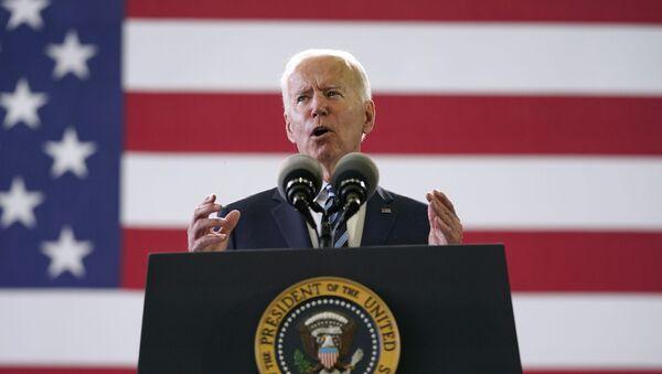 Tổng thống Joe Biden nói chuyện với các thành viên dịch vụ Mỹ tại RAF Mildenhall ở Suffolk, Anh, Thứ Tư, ngày 9 tháng 6 năm 2021. - Sputnik Việt Nam