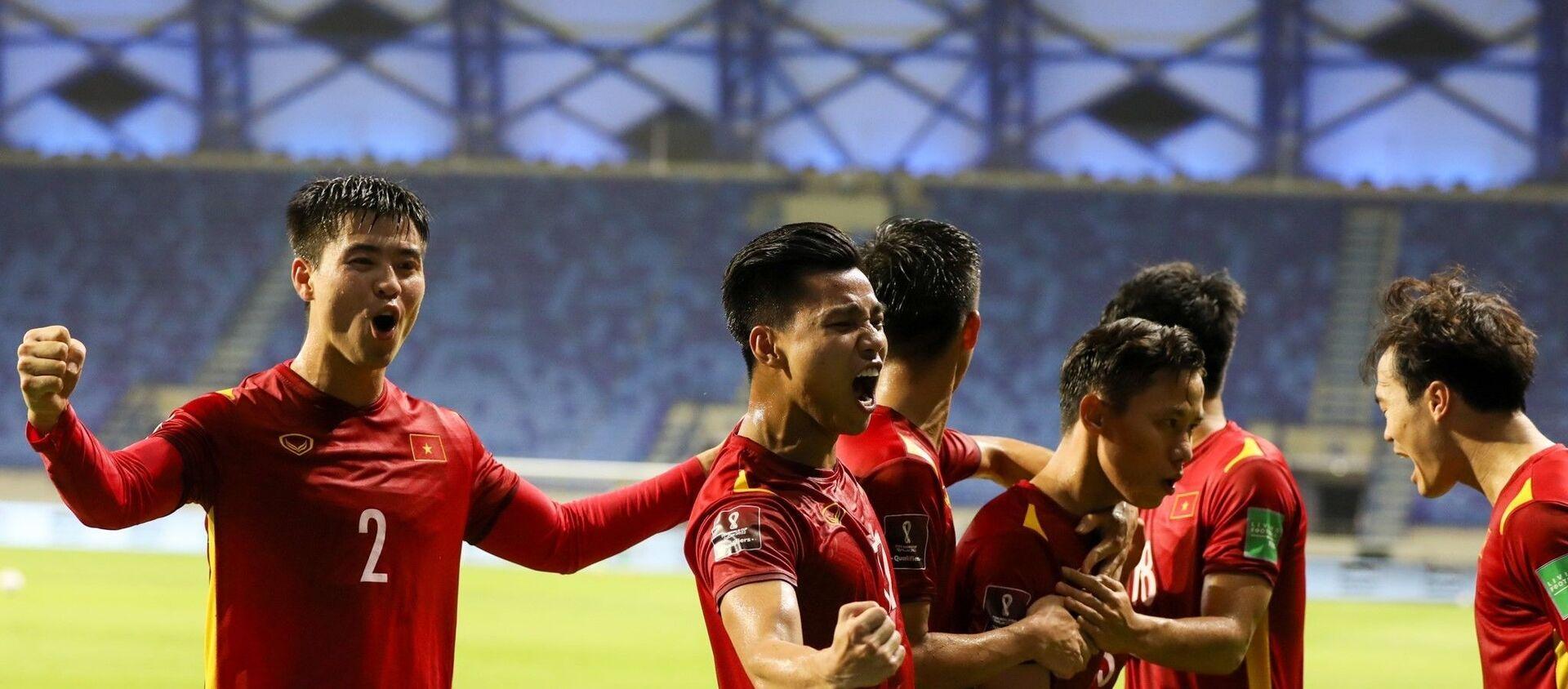 Các cầu thủ Việt Nam ăn mừng bàn thắng quyết định được ghi ở phút 81 do công của Quế Ngọc Hải. - Sputnik Việt Nam, 1920, 13.06.2021