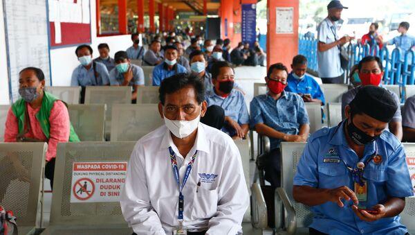 Người dân xếp hàng tiêm vắc xin chống coronavirus ở Jakarta. - Sputnik Việt Nam