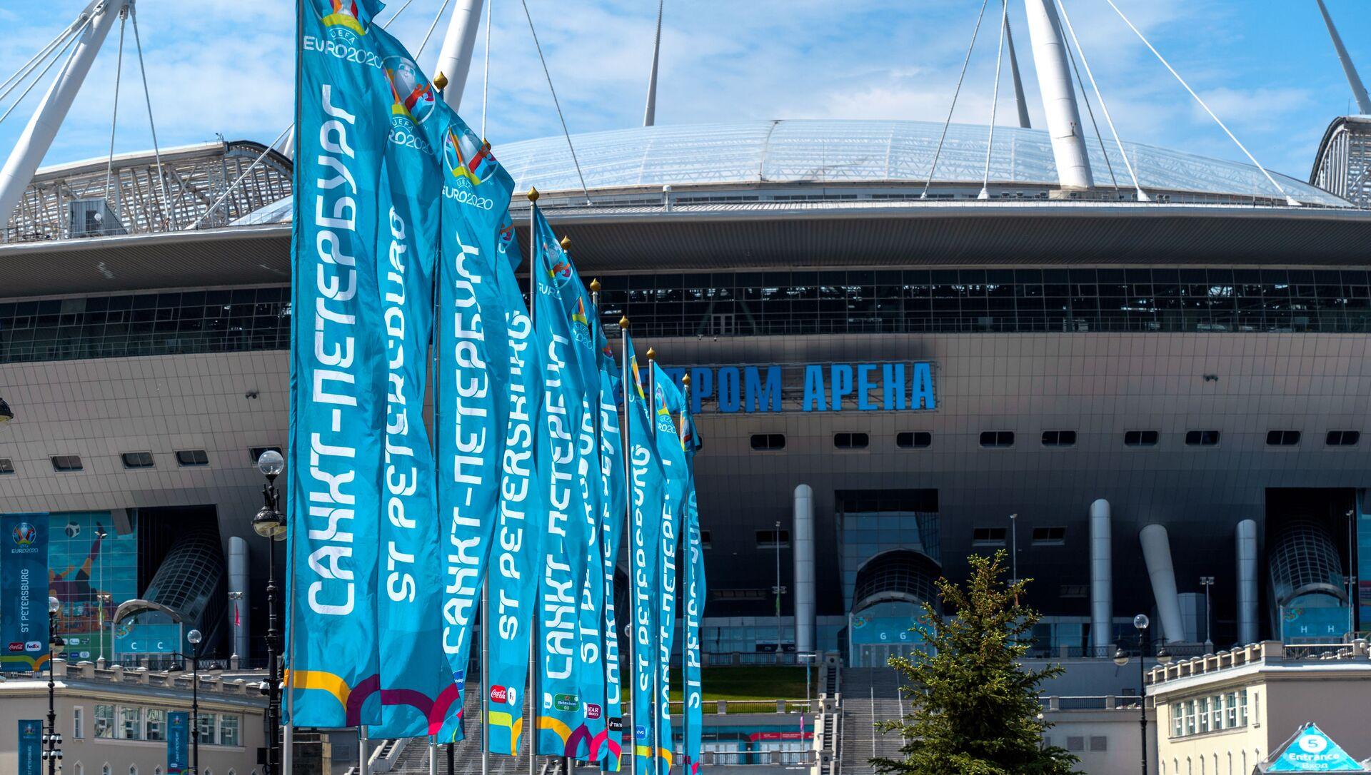 Biểu ngữ và cờ trước giải vô địch UEFA EURO 2020 tại sân vận động Gazprom Arena ở St.Petersburg. - Sputnik Việt Nam, 1920, 14.06.2021