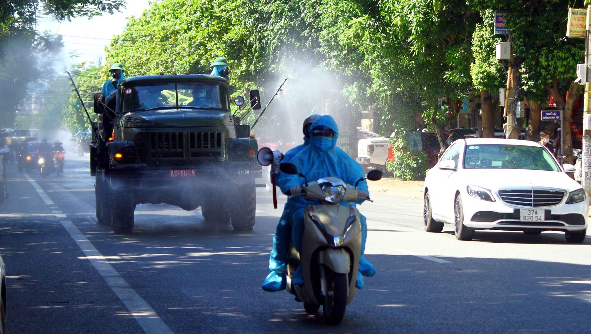 Xe chuyên dụng phun hóa chất khử khuẩn tại đường Hà Huy Tập, thành phố Vinh, Nghệ An. - Sputnik Việt Nam, 1920, 29.06.2021