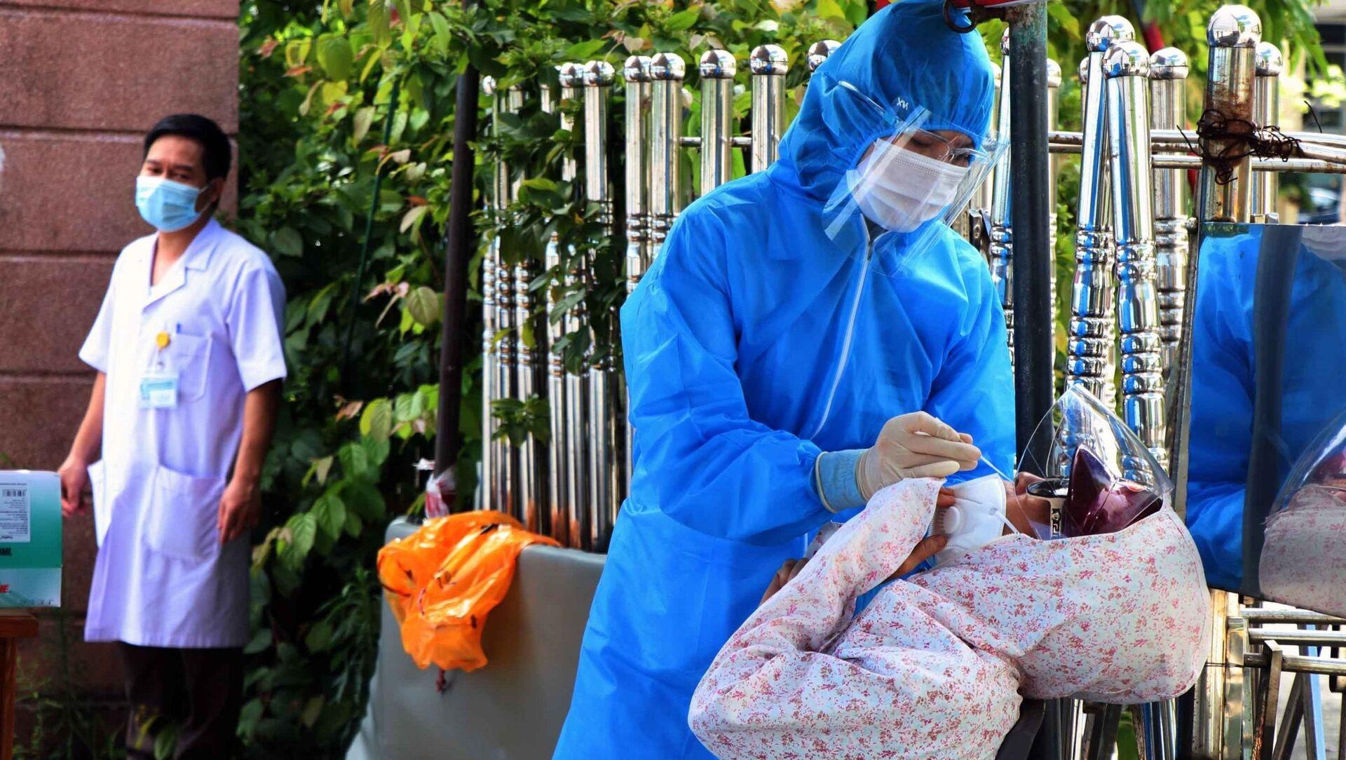 Người dân chờ được xét nghiệm nhanh trước khi vào khám, điều trị tại bệnh viện. - Sputnik Việt Nam, 1920, 14.06.2021