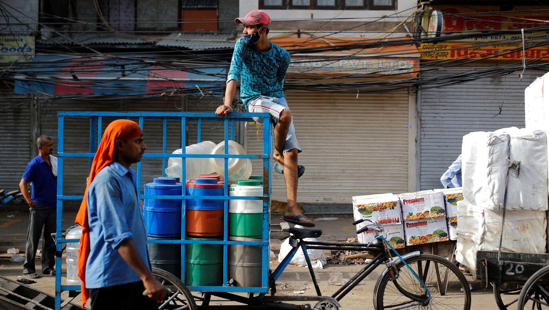 Một người đàn ông trên xe kéo trong thời gian nới lỏng kiểm dịch ở Ấn Độ. - Sputnik Việt Nam, 1920, 15.06.2021