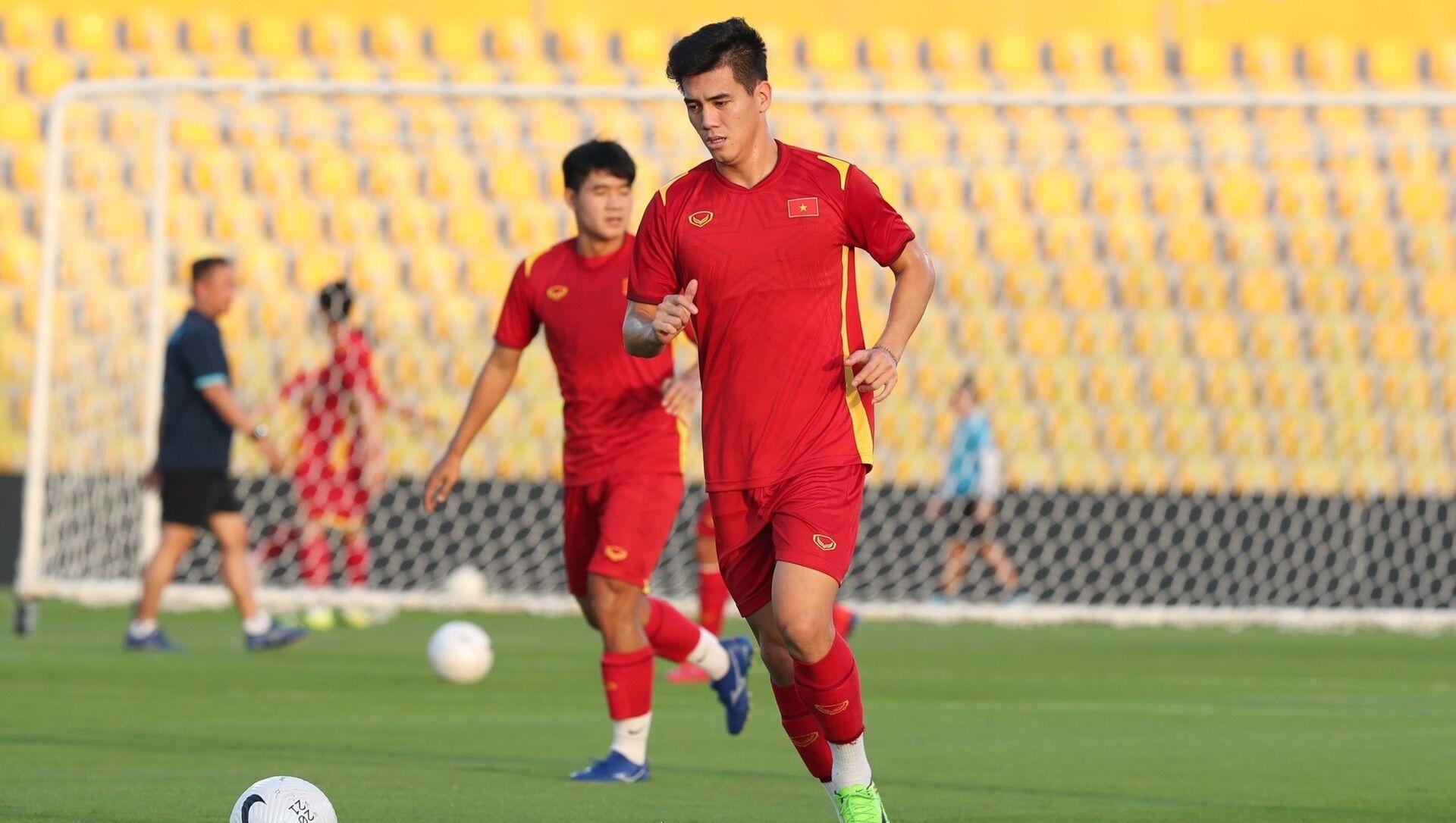 Cầu thủ Nguyễn Tiến Linh trong buổi tập trên sân Zabeel tối 14/06 - Sputnik Việt Nam, 1920, 15.06.2021