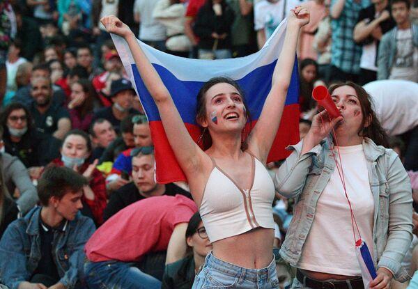 Người hâm mộ theo dõi buổi phát sóng trận đấu thuộc khuôn khổ lượt đi vòng bảng Giải vô địch bóng đá châu Âu 2020 giữa hai đội tuyển bóng đá Bỉ và Nga trong làng bóng đá UEFA Euro 2020 tại St. Petersburg - Sputnik Việt Nam