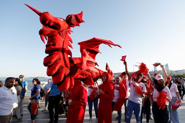 Người hâm mộ với cờ của Thụy Sĩ, Thổ Nhĩ Kỳ và xứ Wales trong cuộc diễu hành ở Baku - Sputnik Việt Nam
