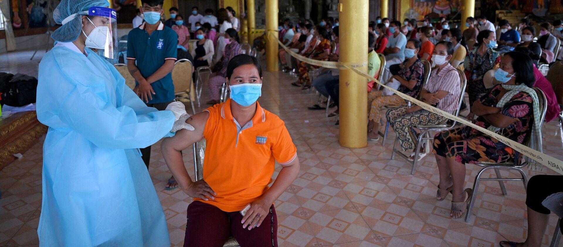 Tiêm chủng hàng loạt chống coronavirus bằng vắc xin Sinopharm của Trung Quốc ở tỉnh Kandal, Campuchia. - Sputnik Việt Nam, 1920, 15.06.2021