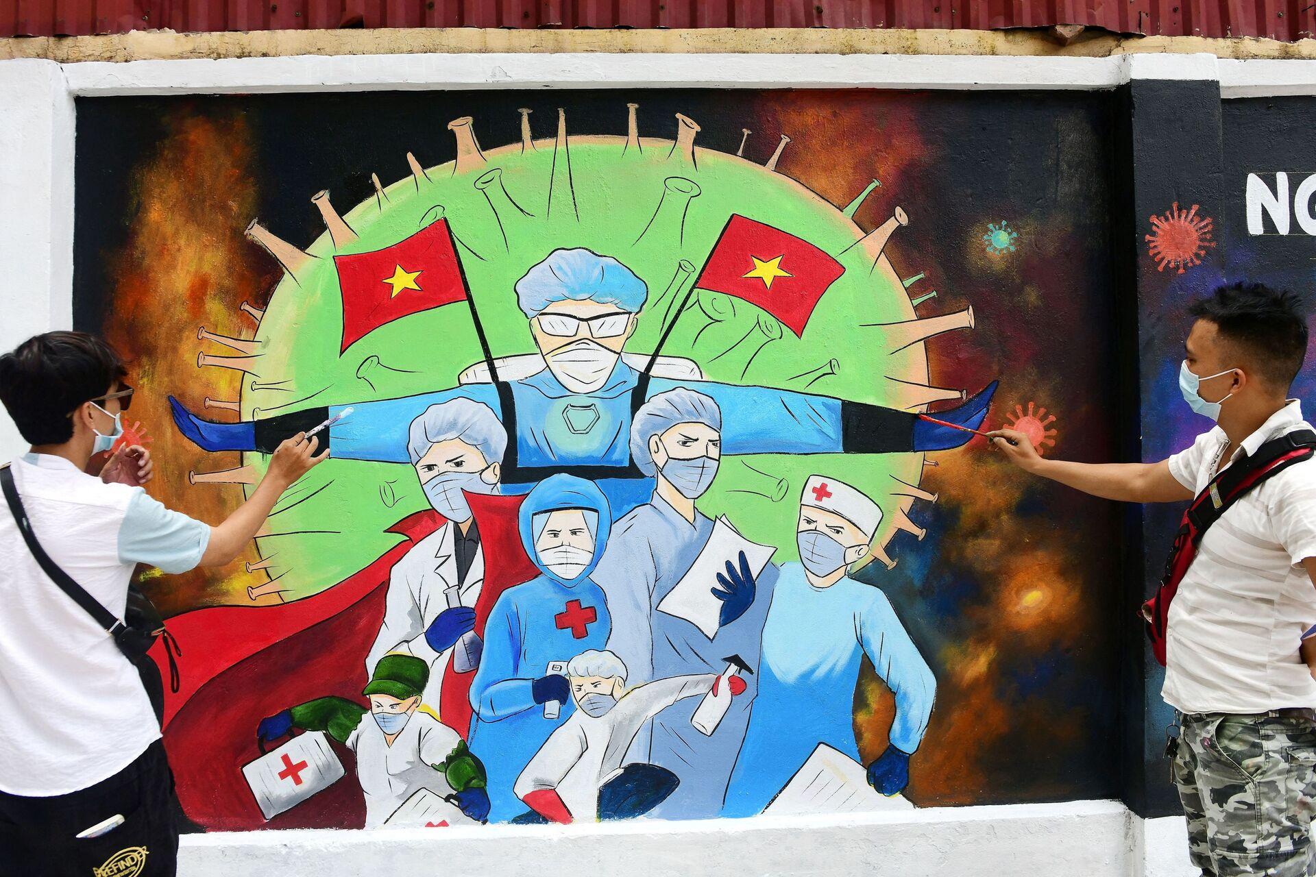 Các nghệ sĩ đường phố vẽ bác sĩ trên tường ngôi nhà ở Hà Nội - Sputnik Việt Nam, 1920, 05.10.2021
