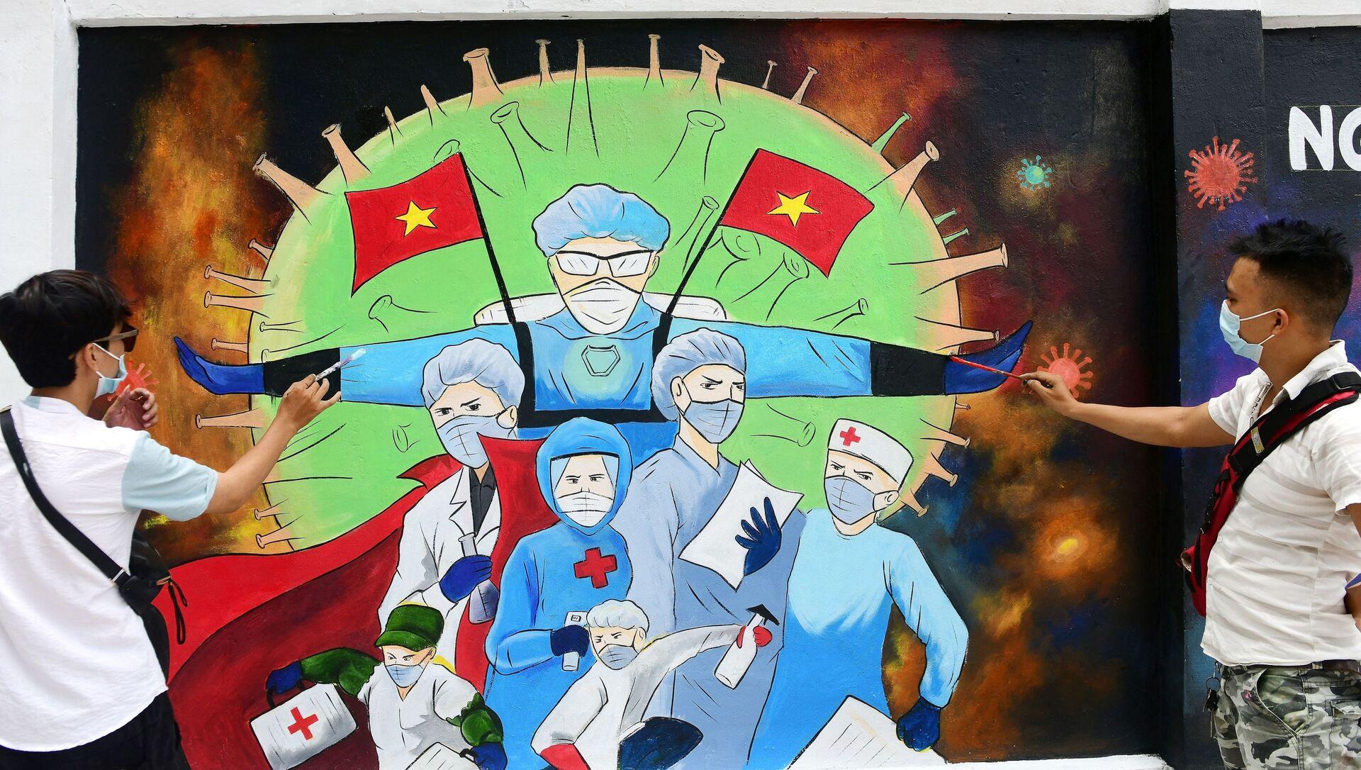 Các nghệ sĩ đường phố vẽ bác sĩ trên tường ngôi nhà ở Hà Nội - Sputnik Việt Nam, 1920, 15.06.2021