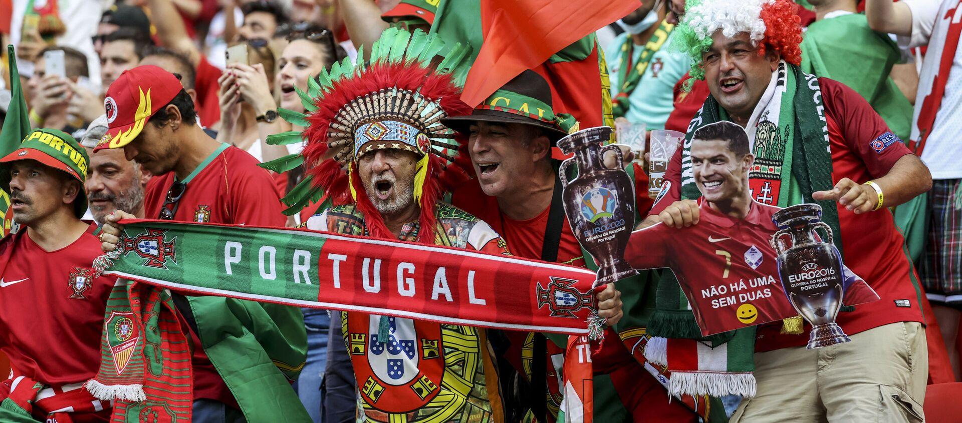 Người hâm mộ tại trận đấu vòng bảng giữa đội tuyển Bồ Đào Nha và đội tuyển Hungary tại EURO 2020. - Sputnik Việt Nam, 1920, 16.06.2021