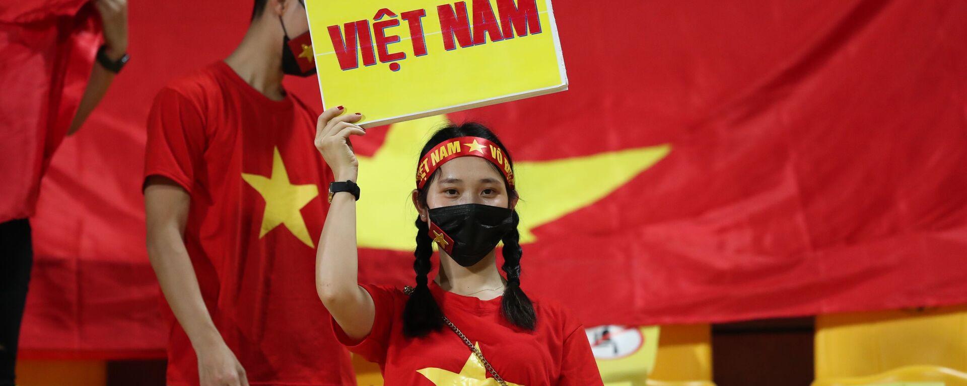 Cổ động viên đã có mặt từ rất sớm trong sân vận động Zabeel để tiếp lửa cho đội tuyển Việt Nam - Sputnik Việt Nam, 1920, 16.06.2021