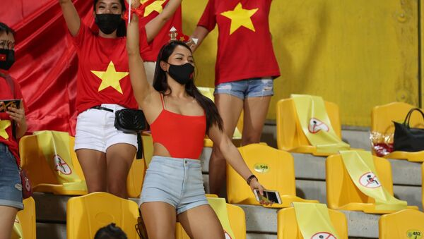 Cổ động viên Việt Nam tại sân vận động Zabeel - Sputnik Việt Nam