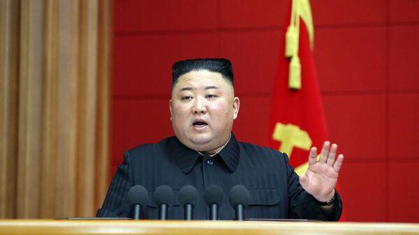 Bức ảnh này được chụp vào ngày 6 tháng 3 năm 2021 và được công bố từ Hãng thông tấn trung ương chính thức của Triều Tiên (KCNA) vào ngày 7 tháng 3 năm 2021 cho thấy nhà lãnh đạo Triều Tiên Kim Jong Un phát biểu trong Khóa học ngắn đầu tiên dành cho các Bí thư Thành ủy và Quận ủy ở Bình Nhưỡng ... - Sputnik Việt Nam
