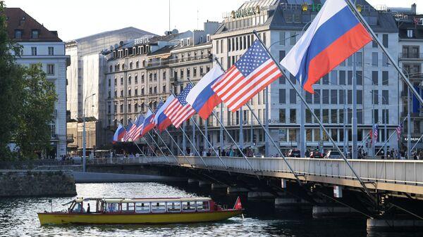Cờ của Nga và Mỹ trên cầu Mont Blanc ở Geneva - Sputnik Việt Nam