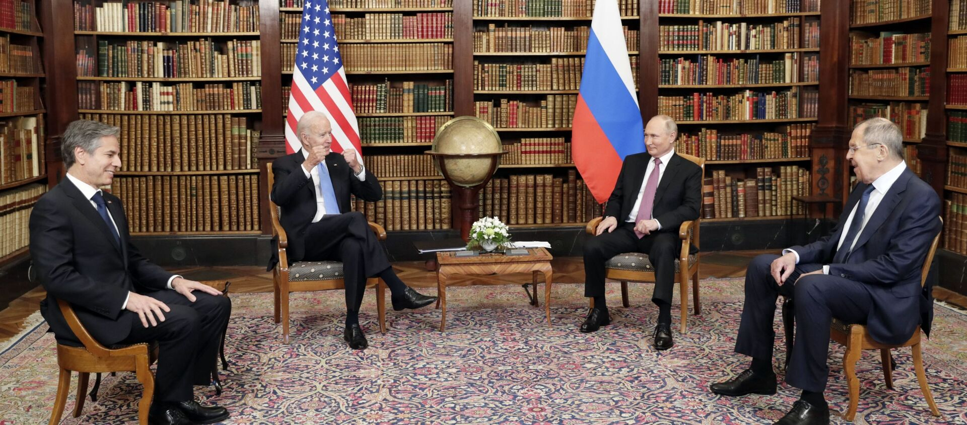 Tổng thống Nga Vladimir Putin và Tổng thống Mỹ Joe Biden trong cuộc gặp ở Geneva tại Villa La Grange - Sputnik Việt Nam, 1920, 16.06.2021