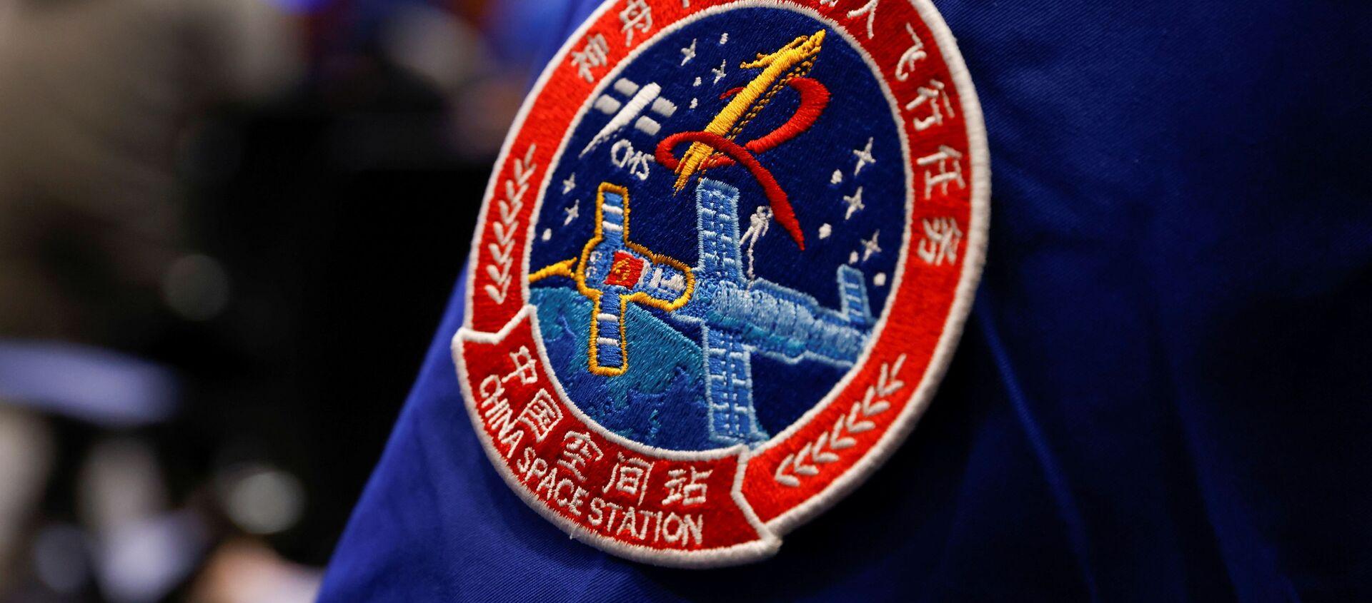 Huy hiệu chuyến bay vũ trụ Thần Châu 12 trên đồng phục nhân viên - Sputnik Việt Nam, 1920, 17.06.2021