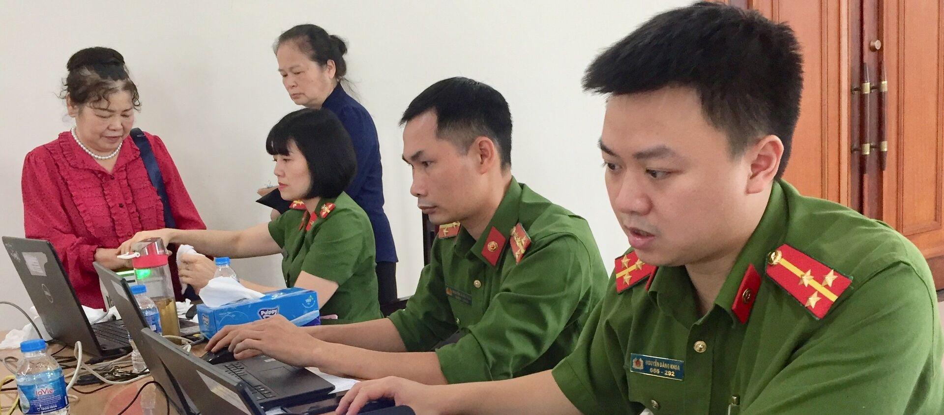 Công an thành phố Hà Nội thực hiện làm thẻ căn cước công dân gắn chíp cho người dân.  - Sputnik Việt Nam, 1920, 19.06.2021
